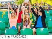 Купить «Дети болеют за свою команду на трибуне стадиона», фото № 7635423, снято 10 мая 2015 г. (c) Сергей Новиков / Фотобанк Лори