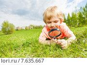 Купить «Мальчик рассматривает траву через увеличительное стекло», фото № 7635667, снято 11 мая 2015 г. (c) Сергей Новиков / Фотобанк Лори