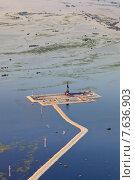 Купить «Oil rig in flood area, top view», фото № 7636903, снято 27 июня 2015 г. (c) Владимир Мельников / Фотобанк Лори
