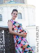 Купить «Молодая беременная женщина на фоне церкви», фото № 7639271, снято 3 июля 2015 г. (c) Момотюк Сергей / Фотобанк Лори