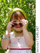 Маленькая девочка в солнечных очках (2015 год). Редакционное фото, фотограф ElenaGumerova / Фотобанк Лори