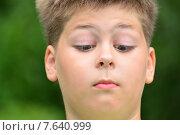 Подросток смотрит на свой нос. Стоковое фото, фотограф Володина Ольга / Фотобанк Лори