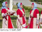 Девушки в армянских национальных одеждах поют песни (2015 год). Редакционное фото, фотограф Emelinna / Фотобанк Лори