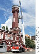 Высотные работы по обслуживанию старинной пожарной башни с помощью пожарной техники (2015 год). Редакционное фото, фотограф Игорь Хамицаев / Фотобанк Лори