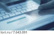 Купить «Онлайн покупка с помощью кредитной карты», видеоролик № 7643091, снято 5 июля 2015 г. (c) Валерия Потапова / Фотобанк Лори