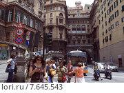 Дневной трафик людей и транспорта в центре Генуи (2015 год). Редакционное фото, фотограф Tanya  Polevaya / Фотобанк Лори