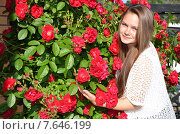 Купить «Молодая девушка с розами», эксклюзивное фото № 7646199, снято 4 июля 2015 г. (c) Ольга Линевская / Фотобанк Лори