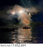 Canada Day firework display, Keewatin, Kenora, Lake of The Woods, Ontario, Canada. Стоковое фото, фотограф Keith Levit / Ingram Publishing / Фотобанк Лори
