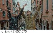 Купить «Счастливая пара в масках  подкидывает конфетти», видеоролик № 7657675, снято 11 мая 2015 г. (c) Данил Руденко / Фотобанк Лори
