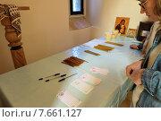 Купить «Бланки церковных записок на столе в храме», фото № 7661127, снято 23 января 2018 г. (c) Сергей Куров / Фотобанк Лори