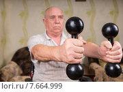 Пожилой мужчина занимается с гантелями. Стоковое фото, фотограф Вячеслав Николаенко / Фотобанк Лори