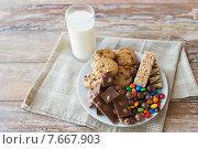 Купить «close up of sweet food and milk glass on table», фото № 7667903, снято 22 мая 2015 г. (c) Syda Productions / Фотобанк Лори