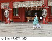 Купить «Священник синтоисткого храм Канда Мёдзин в Токио, Япония», фото № 7671163, снято 25 мая 2015 г. (c) Иван Марчук / Фотобанк Лори