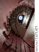 Купить «Санкт-Петербург. Винтовая лестница в парадной дома», эксклюзивное фото № 7671471, снято 12 июля 2015 г. (c) Литвяк Игорь / Фотобанк Лори