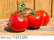 Свежие красные помидоры на ветке на старой желтой деревянной поверхности. Стоковое фото, фотограф Владимир Ходатаев / Фотобанк Лори