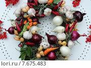 Красивый осенний венок из лука, чеснока, моркови и других овощей. Стоковое фото, фотограф Andrei Leventcov / Фотобанк Лори