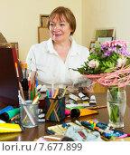 Купить «senior woman painting picture», фото № 7677899, снято 17 октября 2018 г. (c) Яков Филимонов / Фотобанк Лори