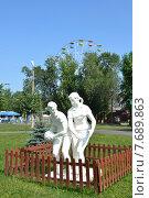 Купить «Гипсовые мальчик и девочка, играющие в мяч. Скульптура из советского прошлого, Парк Чудес в Кемерове», фото № 7689863, снято 16 июля 2015 г. (c) александр афанасьев / Фотобанк Лори