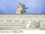 """Купить «Скульптура быка на павильоне № 51 """"Мясная промышленность"""" на ВДНХ», эксклюзивное фото № 7692279, снято 7 мая 2015 г. (c) Алёшина Оксана / Фотобанк Лори"""