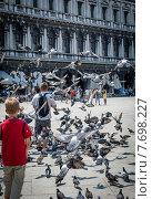 Кормление голубей. Площадь Сан Марко. Венеция (2012 год). Редакционное фото, фотограф Валерий Апальков / Фотобанк Лори