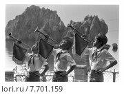 Пионеры трубят в горны на утренней линейке. Редакционное фото, фотограф Борис Кавашкин / Фотобанк Лори