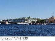 Речной трамвай на фоне Дворцового моста и Эрмитажа (2014 год). Редакционное фото, фотограф Andrei Leventcov / Фотобанк Лори