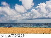 Желтый песчаный пляж с голубым небом и тайская лодка (2015 год). Стоковое фото, фотограф Andrei Leventcov / Фотобанк Лори
