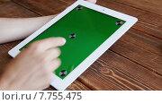 Купить «Девушка пользуется планшетом», видеоролик № 7755475, снято 19 июля 2015 г. (c) Константин Колосов / Фотобанк Лори