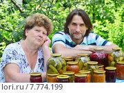 Пожилая мама и ее взрослый сын за столом с банками овощных консервов. Стоковое фото, фотограф Володина Ольга / Фотобанк Лори
