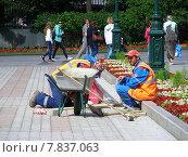 Купить «Бригада рабочих укладывают плитку в Александровском саду в Москве», эксклюзивное фото № 7837063, снято 25 июня 2014 г. (c) lana1501 / Фотобанк Лори