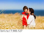 Маленькая девочка в красном платье с мамой на летнем поле. Стоковое фото, фотограф Оксюта Виктор / Фотобанк Лори