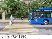 Купить «Автобус Mercedes-Benz Conecto пропускает пешеходов на переходе», фото № 7911995, снято 15 июля 2015 г. (c) Павел Москаленко / Фотобанк Лори
