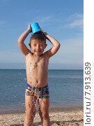 Мальчик закаляется на берегу моря. Стоковое фото, фотограф Матвеева Елизавета / Фотобанк Лори