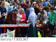 Купить «Торговля сувенирами на празднике Сабантуй в Коломенском парке в Москве 18 июля 2015», эксклюзивное фото № 7933367, снято 18 июля 2015 г. (c) lana1501 / Фотобанк Лори