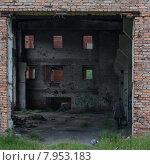 Бездомный человек в разрушенном здании. Стоковое фото, фотограф рустам ниязов / Фотобанк Лори