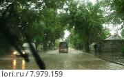 Купить «Движение в городе после сильного дождя», видеоролик № 7979159, снято 26 июня 2014 г. (c) Владимир Кравченко / Фотобанк Лори