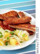 Купить «Свиные запеченные ребрышки с картофельным салатом», фото № 7995327, снято 24 января 2015 г. (c) ирина реброва / Фотобанк Лори