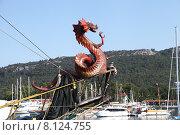 Купить «Форштевень прогулочной яхты, украшенный драконом. Вид порта Кемер. Турция», эксклюзивное фото № 8124755, снято 23 июня 2015 г. (c) Валерий Акулич / Фотобанк Лори
