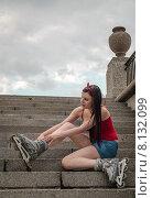 Купить «Молодая девушка в роликах сидит на ступенях спуска к Свердловской набережной. Санкт-Петербург», фото № 8132099, снято 20 июня 2015 г. (c) Ивашков Александр / Фотобанк Лори