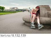 Молодая девушка поправляет ролики, сидя на Свердловской набережной. Санкт-Петербург. Стоковое фото, фотограф Ивашков Александр / Фотобанк Лори