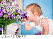 Купить «Little girl and flower», фото № 8139711, снято 29 ноября 2013 г. (c) Андрей Армягов / Фотобанк Лори