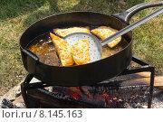 Купить «Жареное в кипящем растительном масле кавказское традиционное блюдо с мясом и сыром халюж», фото № 8145163, снято 25 июля 2015 г. (c) Андрей С / Фотобанк Лори
