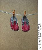 Детские сандалии сушатся на веревке. Стоковое фото, фотограф рустам ниязов / Фотобанк Лори