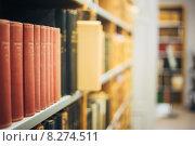 Старые книги стоят на полках стеллажа в библиотеке. Стоковое фото, фотограф g.bruev / Фотобанк Лори
