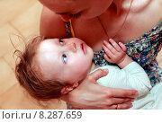Купить «Мама со своей маленькой дочкой», фото № 8287659, снято 5 июня 2015 г. (c) Морозова Татьяна / Фотобанк Лори