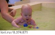 Купить «Ребенок играет в бассейне», видеоролик № 8374871, снято 23 июня 2015 г. (c) Tatiana Kravchenko / Фотобанк Лори