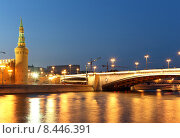 Купить «Вечерняя Москва, вид на набережную, мост и Кремль», фото № 8446391, снято 26 июля 2015 г. (c) Владимир Журавлев / Фотобанк Лори