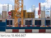 Купить «Строительство многоэтажного дома и запрещающий знак», фото № 8464667, снято 31 июля 2015 г. (c) Victoria Demidova / Фотобанк Лори