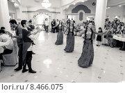 Кавказский ансамбль исполняет лезгинку на свадьбе (сепия) Редакционное фото, фотограф Махсумов Шамиль / Фотобанк Лори