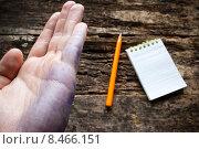 Мужская рука, карандаш и блокнот. Стоковое фото, фотограф Alexander Alexeev / Фотобанк Лори